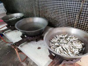 魚を炊く準備を行います